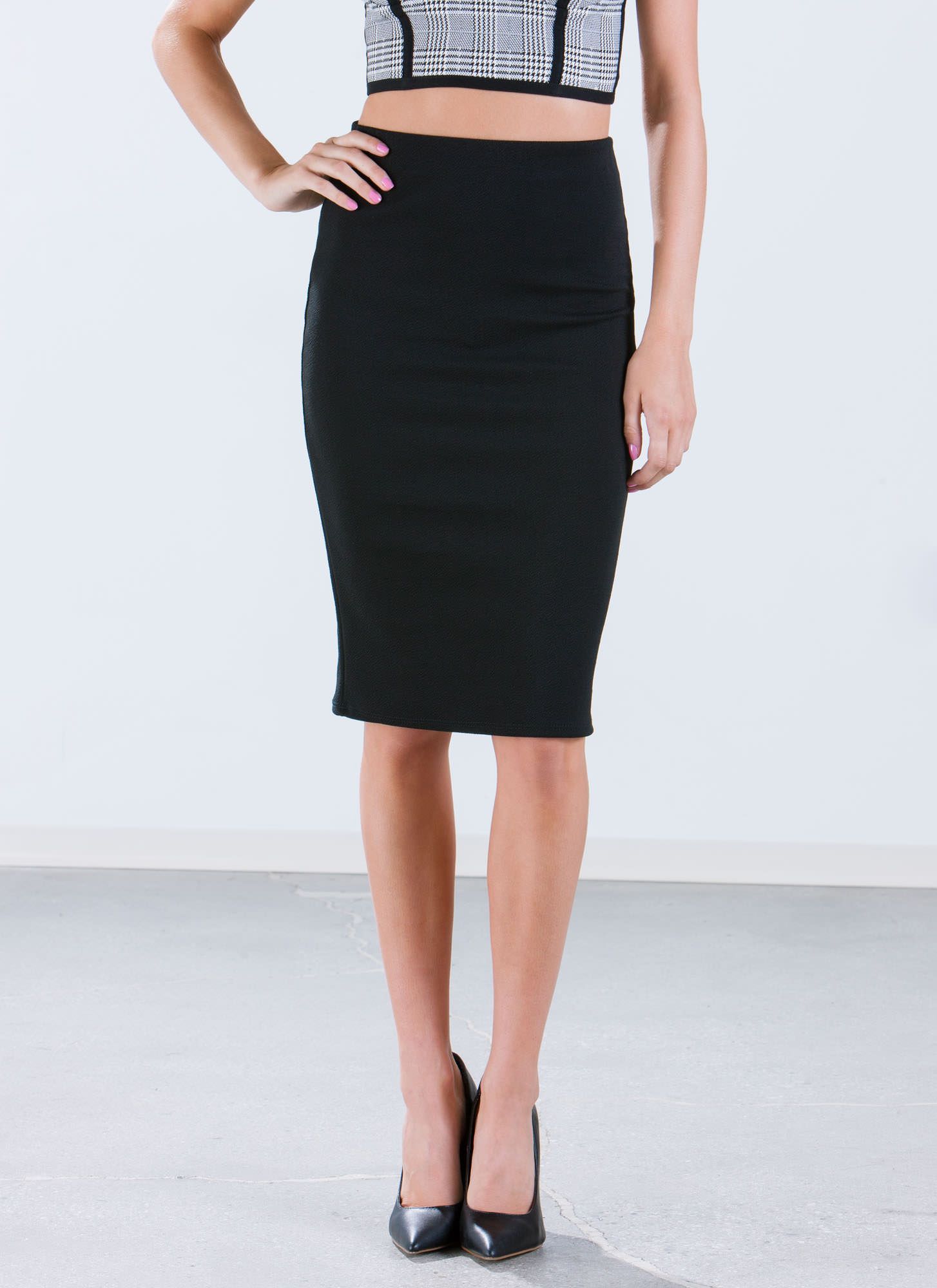 The pencil skirt is one of the most timeless silhouettes in fashion — and with a good reason. Pencil skirt outfits are a flattering look — when worn right — on just about every figure. With a tucked-in shirt or belted jacket, the pencil skirt gives you a long, lean line. In addition, it shows.
